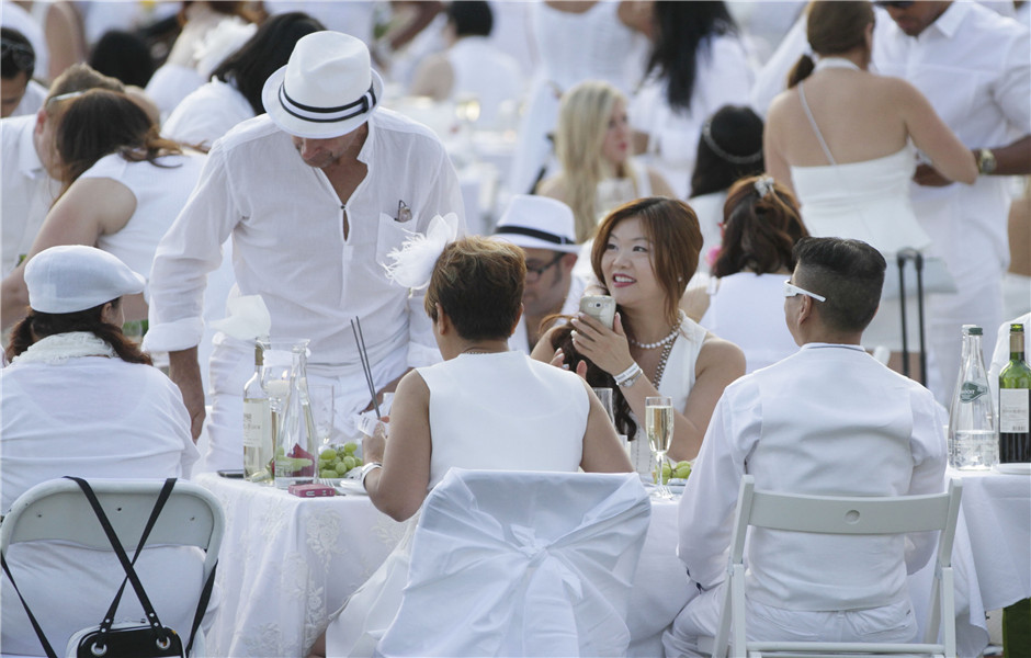 """Thousands people join the """"Diner en Blanc"""" event in Canada"""