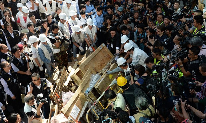 80 arrested as Hong Kong authorities clear Mong Kok occupying area