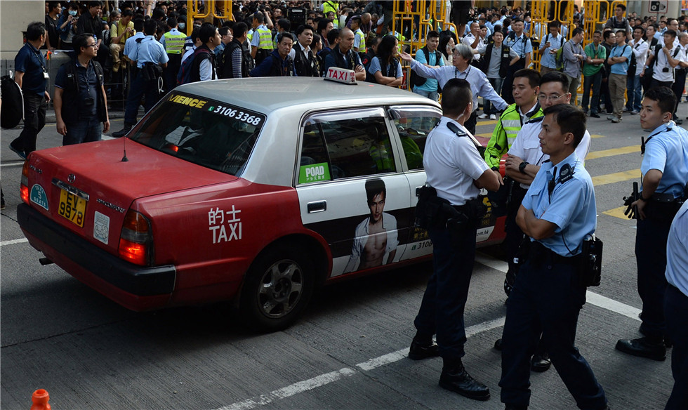 Hong Kong police begin to clear protesters, barricades in Mong Kok