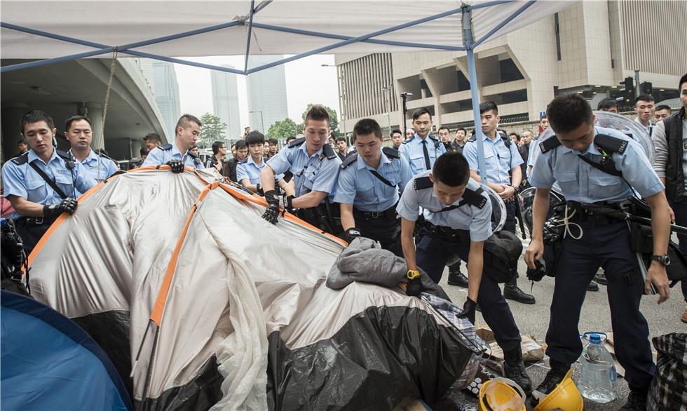 HK police clear Occupy sites, traffic resumes in Admiralty