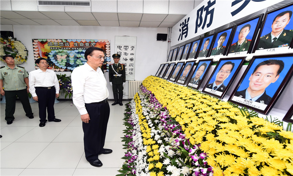 Chinese Premier Li Keqiang visits the blasts site in Tianjin